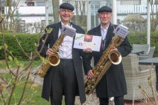 Die Berufsmusiker Martin Rode und Dieter Brokemper gaben den Senioren im Seniorenzentrum Am Eichendorffpark ein kleines Konzert. Foto: SMMP