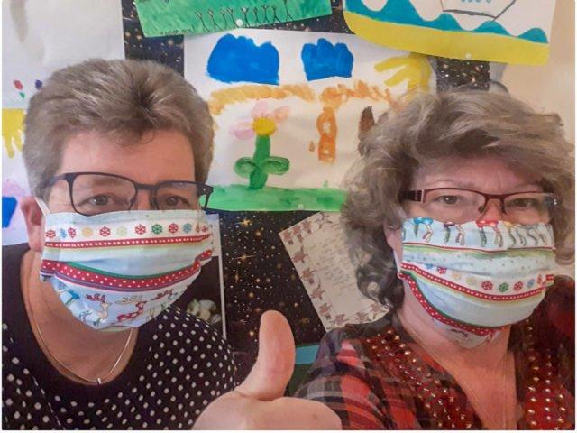 Pflegedienstleiterin Irmhild Scheffner und Heimleiterin Andrea Spielmann zeigen an: Daumen hoch! Sie machen aus der Corona-Krise das Beste und freuen sich über die große Solidarität: beispielsweise über gespendete, selbst genähte Mund-Nase-Masken oder die vielen Bilder der Heidener Kinder. Foto: Andrea Spielmann/SMMP