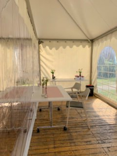 Frische Blumen, Tischdecke, Gartenstühle mit Kissen: Die Besucher sollen sich willkommen fühlen. Foto: SMMP/Astried Tiele-Jerome