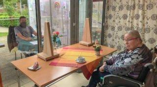 Eine Tasse, Kaffee, Blumen, Kinderbilder: Eine natürliche Besuchsumgebung sieht zwar anders aus - aber das Team im Haus St. Josef schafft an dem Besucher-Fenster Atmosphäre. Foto: SMMP/Irmhild Scheffner