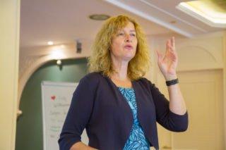 Roswitha Girbath von der Deutschen Gesellschaft für Ernährung definiert gesundes Essen für Seniorinnen und Senioren. Foto: SMMP/Ulrich Bock