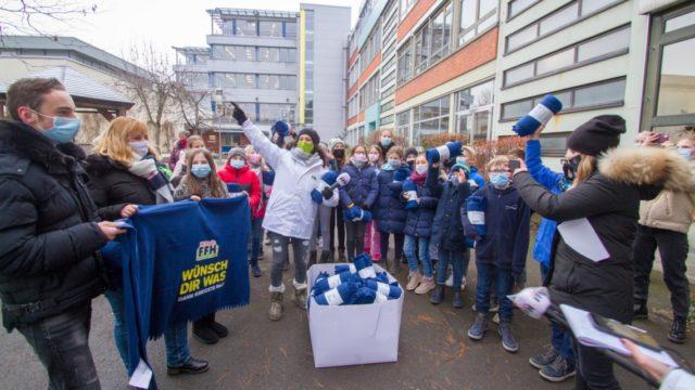 Gemeinsam bedanken sich die Schülerinnen und Schüler bei dem Radiosender.