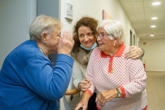 Altenpflegerin Maria Oreskou bringt Margarete Wirwalski in ihr Zimmer. Ihre Freundin Ingeborg Effenberg hat das Nachbarzimmer schon bezogen. So sehen sich alle im neuen Haus St. Martin wieder. Foto: SMMP/Ulrich Bock