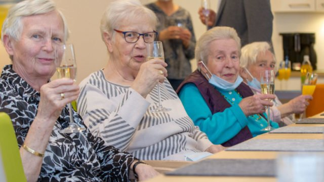 Anstoßen auf die Einsegnung: Die Senioren in der WG am Südertor fühlen sich wohl. Foto: SMMP/Ulrich Bock