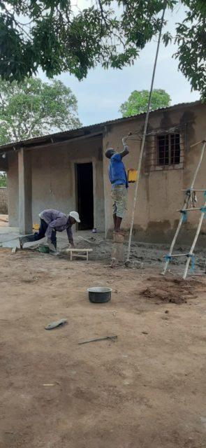 Hausbau in Metarica, Mosambik.
