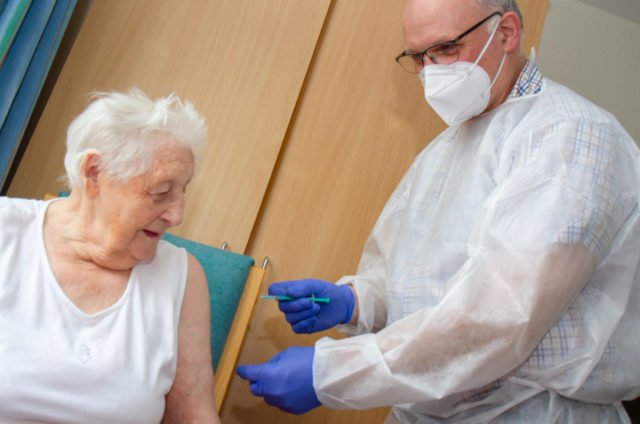 """Die 98-jährige Luisa Liedtke ließ sich von ihrem Hausarzt Dr. Josef Schütte im Reginenhaus in Rhynern impfen: """"Hier leben wir in einer Gemeinschaft, da ist das doch selbstverständlich."""" Foto: SMMP/Ulrich Bock"""