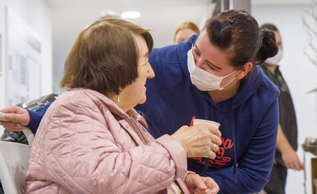 Diana Rohring absolviert derzeit eine Ausbildung zur Altenpflegerin im Haus St. Martin. Vorher war sie in der Gastronomie tätig. Aber erst jetzt fühlt sie sich am richtigen Platz. Foto: SMMP/Ulrich Bock