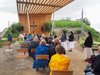 Aufgrund der Corona-Situation stehen am Kirchenpavollon nur 30 Stühle. Von denen sind immer die meisten besetzt - und manchmal reichen sie auch nicht aus. Foto: SMMP/Sr. Maria Thoma Dikow